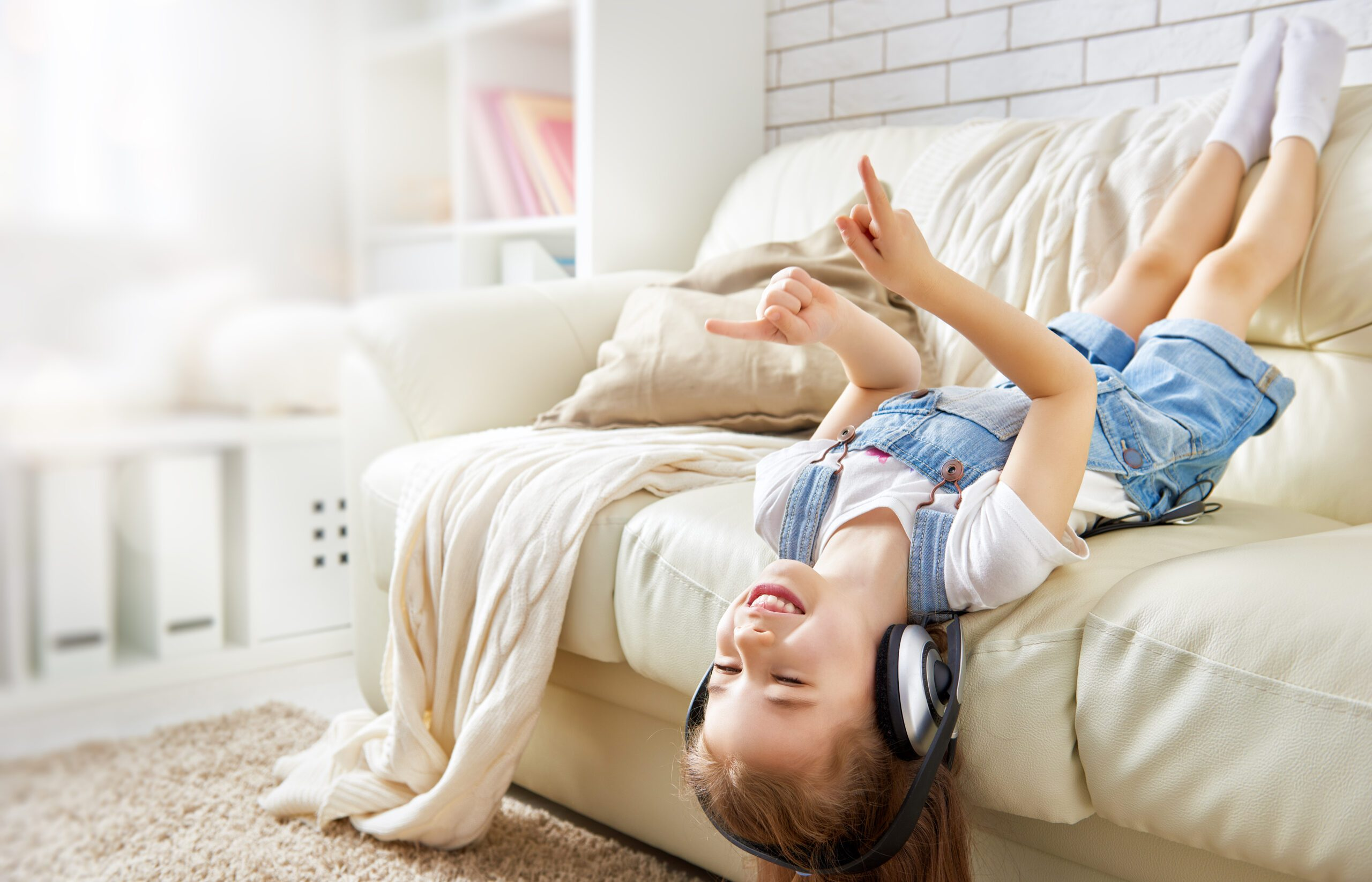 Musical benefits for kids include developing cognitive & motor skills. Find out more & get 5 Family Playlists with 10+ Hours of Music #childdevelopment #parenting #parentingtips #musictherapy